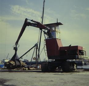 ユンボを改良したポクレン(自動木材掴み機)を沿岸荷役に導入。